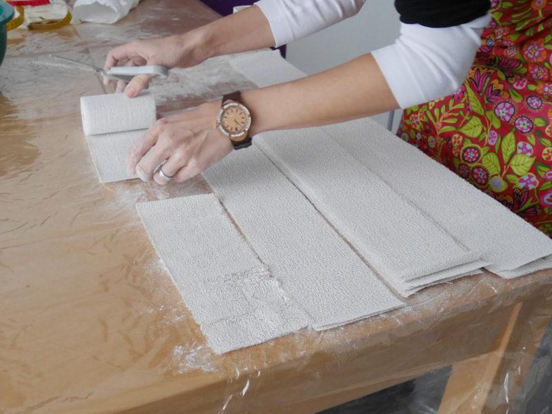 Die Gipsbinden werden für den Gipsabdruck des Babybauchs in Gipsstreifen zu recht geschnitten.