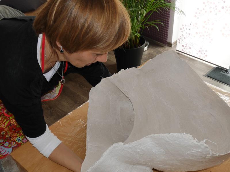 Der Babybauchabdruck muss trocknen. Anschließend wird die Form im Detail bearbeitet und bemalt.