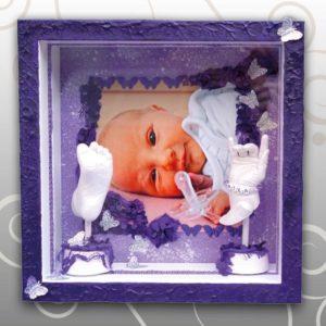 Bilderrahmen-lila-Handabddruck-Babyfussabdruck-Mila