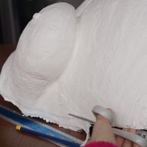 Der Babybauch wird in die gewünschte Form geschnitten.