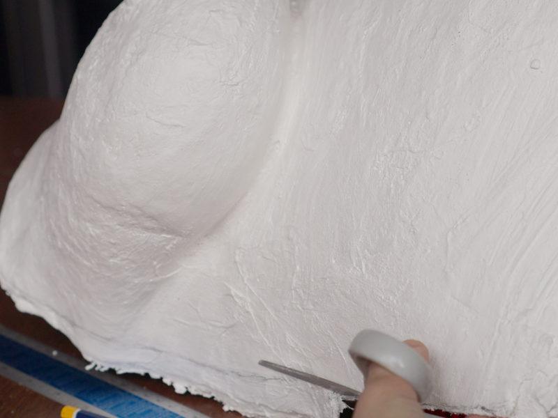 Der Gipsabdruck wird in die gewünschte Form geschnitten.