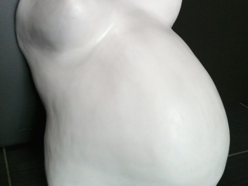 Schon ist der weisse Schwangerschaftsbauch fertig und wartet auf die Gestaltung. Wollen Sie selbst den Gipsbadruck bemalen?