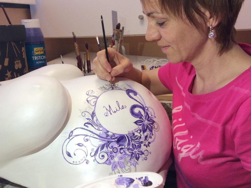 Der Gipsabdruck wartet auf seine farbliche Gestaltung und Verzierung mit gewünschten Maltechniken und Materialien.