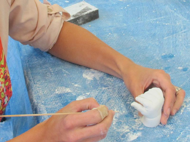 Ausbesserungsarbeiten wie z.B. das Verschleifen von Unebenheiten, Entfernen von kleinen Bläschen etc.